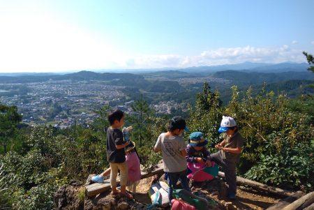 今日は清々しい秋晴れ、子ども達と日和田山登り。